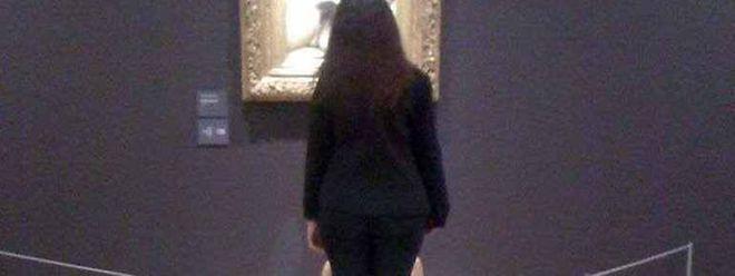 Deborah de Robertis est cachée par une gardienne du musée d'Orsay lors de sa performance.
