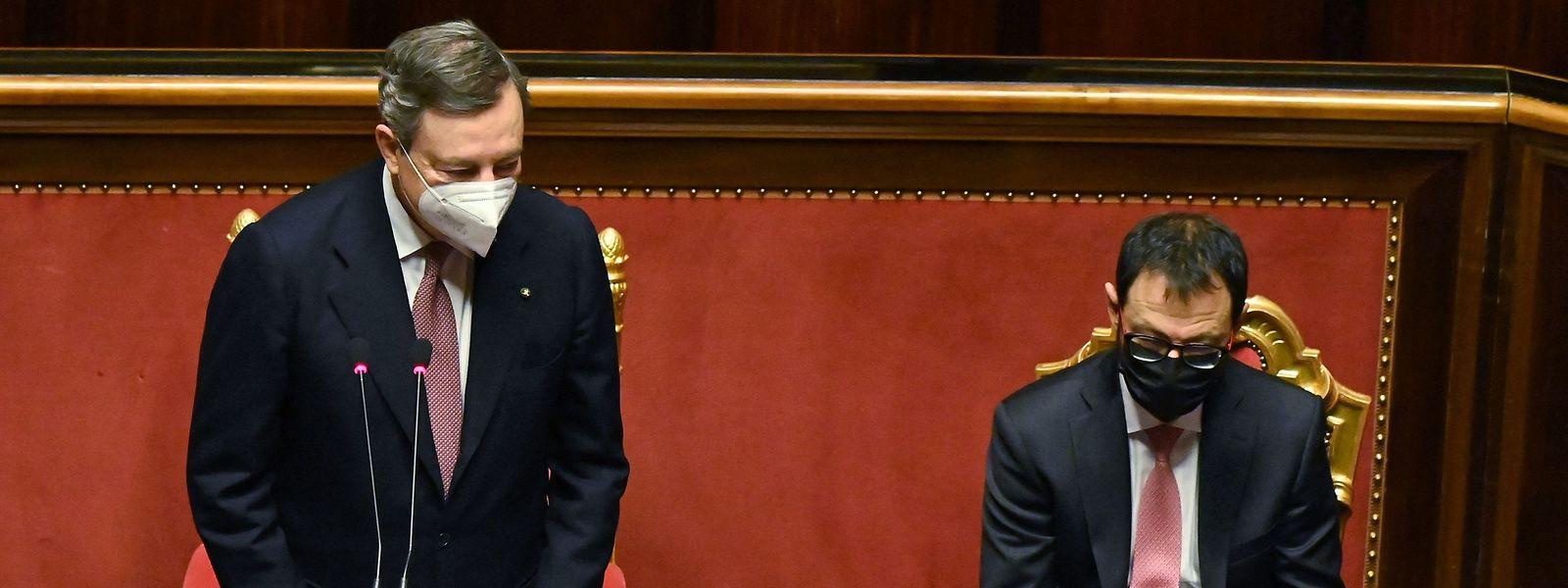 Italiens neuer Ministerpräsident Mario Draghi (l.) hat die Politik zum Zusammenhalt im Kampf gegen die Corona-Pandemie aufgerufen.