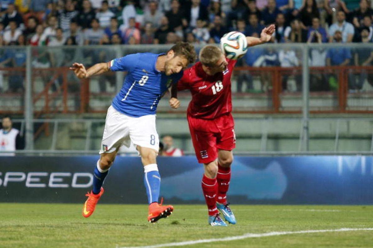Claudio Marchisio prend Laurent Jans de vitesse et ouvre le score.