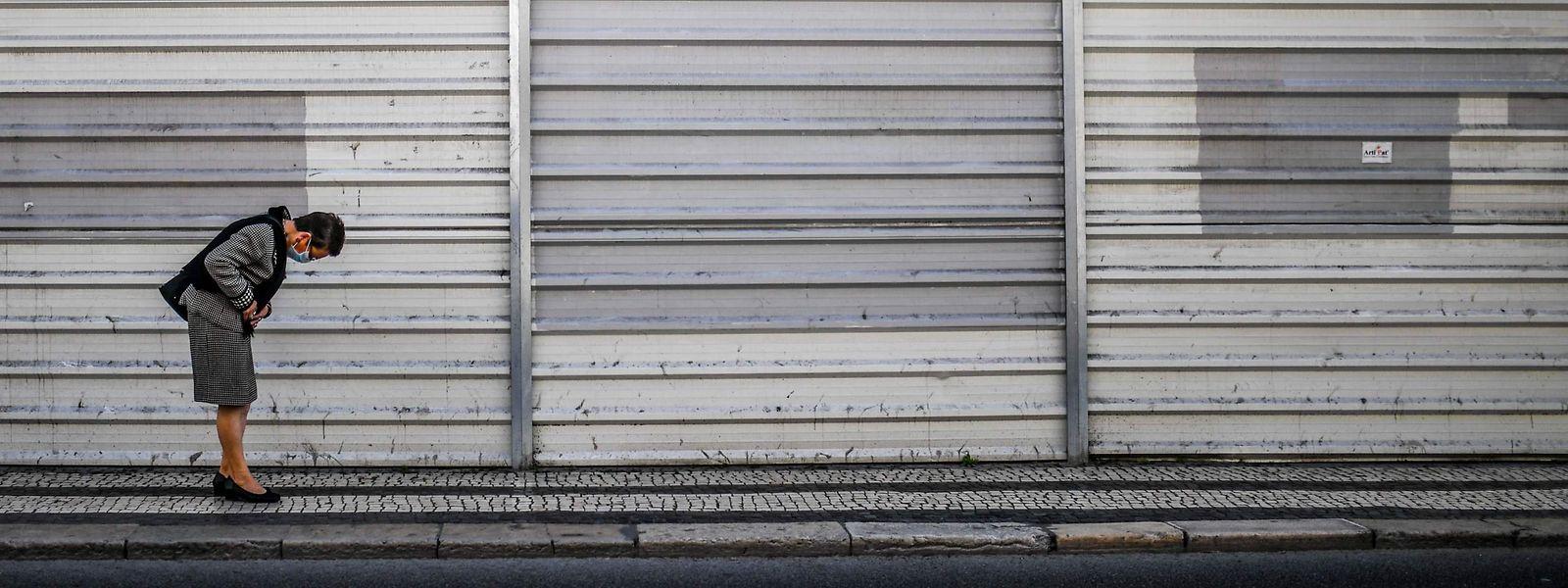 Une femme au centre-ville de Lisbonne. Le Portugal est en état d'alerte en attendant l'état d'urgence.