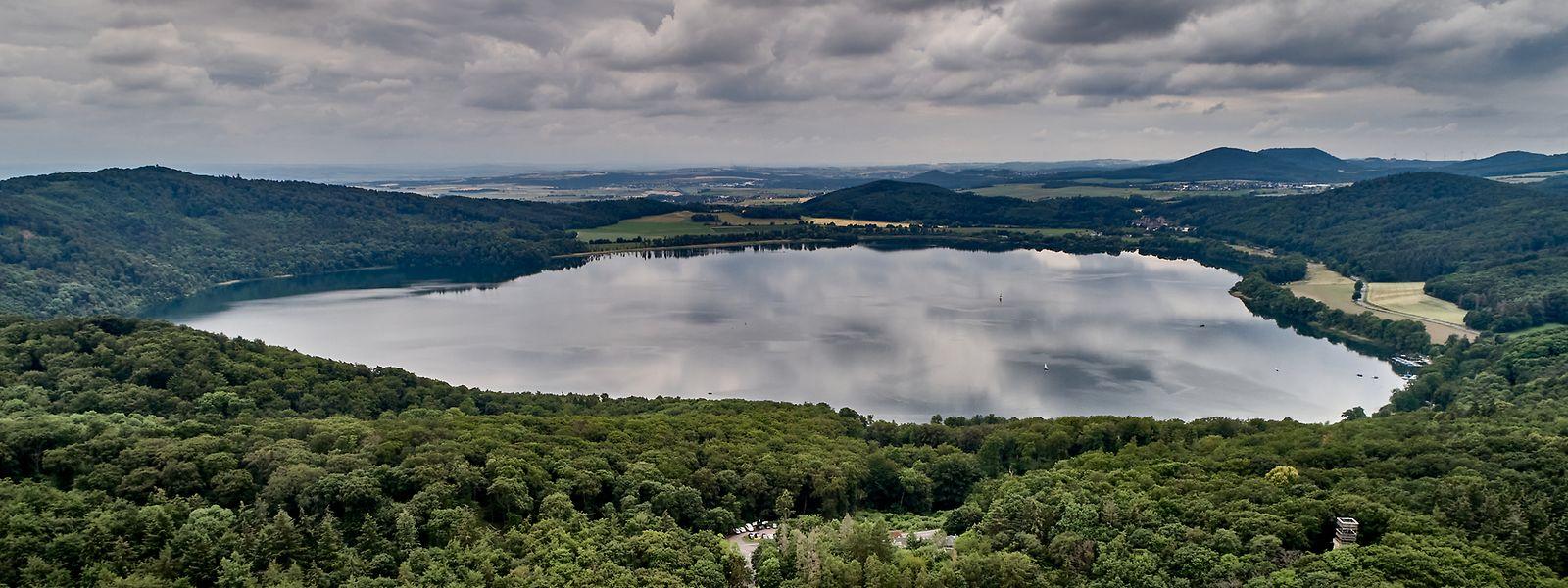Der Lacher See in der Osteifel, ein alter vulkanischer Explosionskrater.