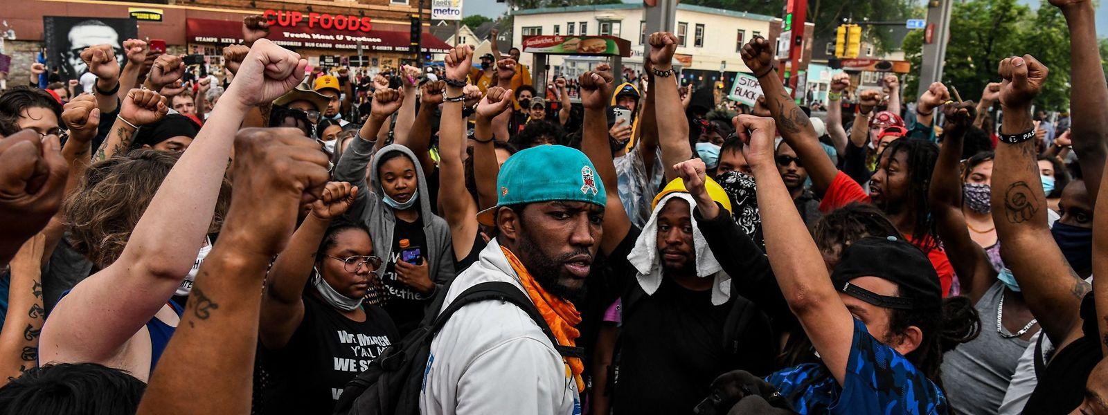 Comme ici à Minneapolis, le déploiement de militaires ou de policiers n'a pas empêché les Américains de protester contre les violences racistes.