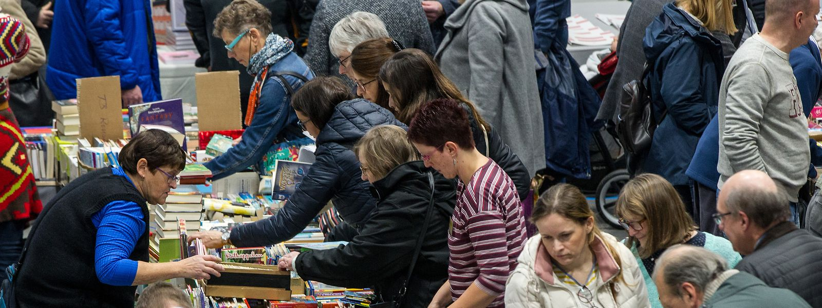 Fast ein Kilometer Ausstellungstische, auf denen an diesem Wochenende kleine und große Finger in unzählige Kisten eintauchen, um dann, einen Schritt weiter, an ganz anderen Bücherstapeln wieder hochzukrabbeln.