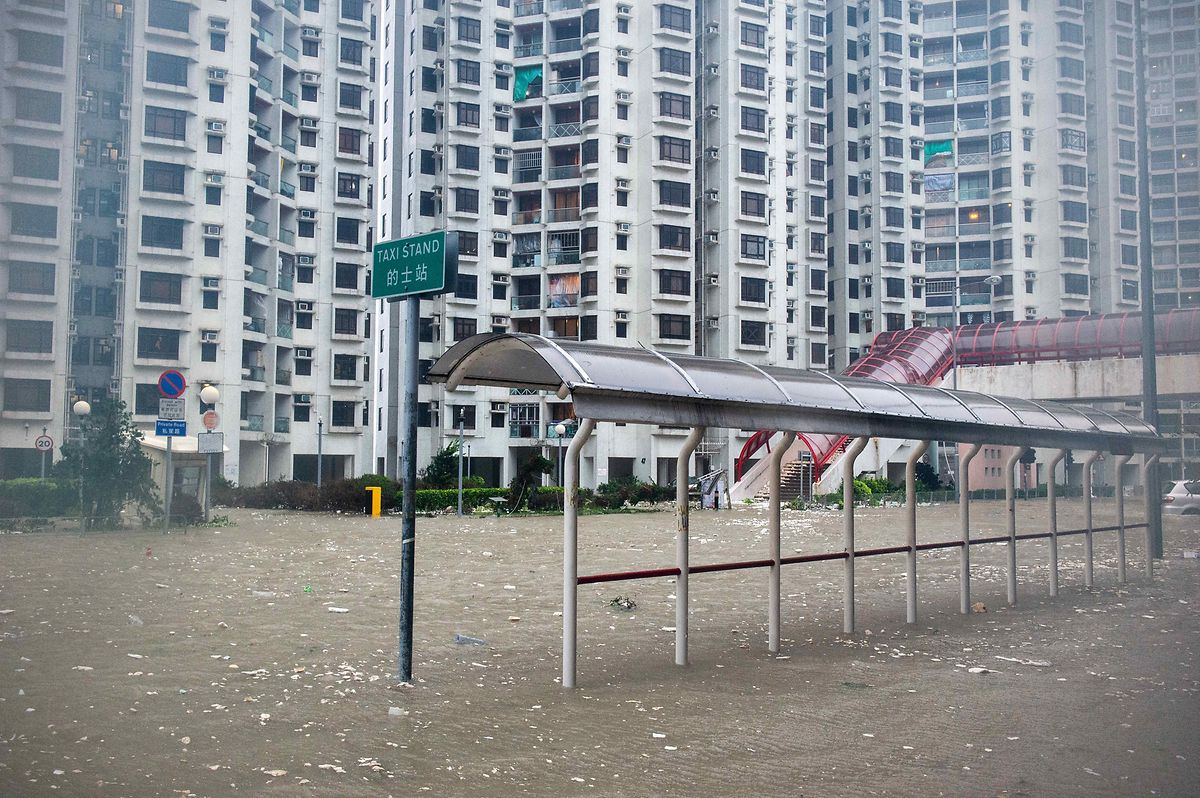 Ein Taxistand an einer Straße in der Wohnsiedlung Heng Fa Chuen steht komplett unter Wasser.