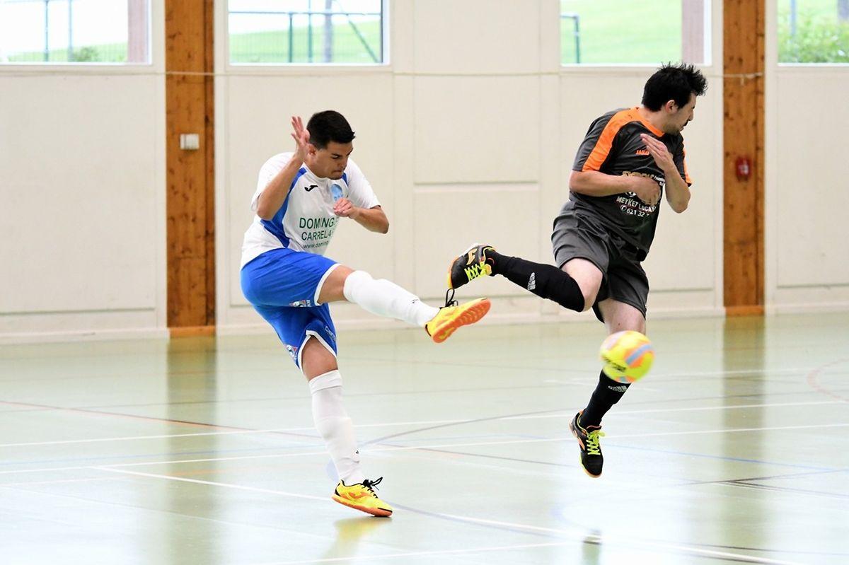 Joël Tavares Dos Santos (maillot foncé, Amicale Clervaux Futsal) tente de s'opposer à la frappe au but signée Kevin Gomes Da Silva (RAF Differdange).