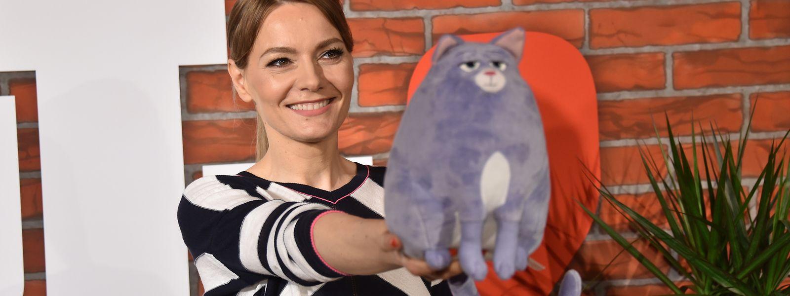"""Martina Hill mit Katze Chloe aus dem Film """"Pets 2""""."""