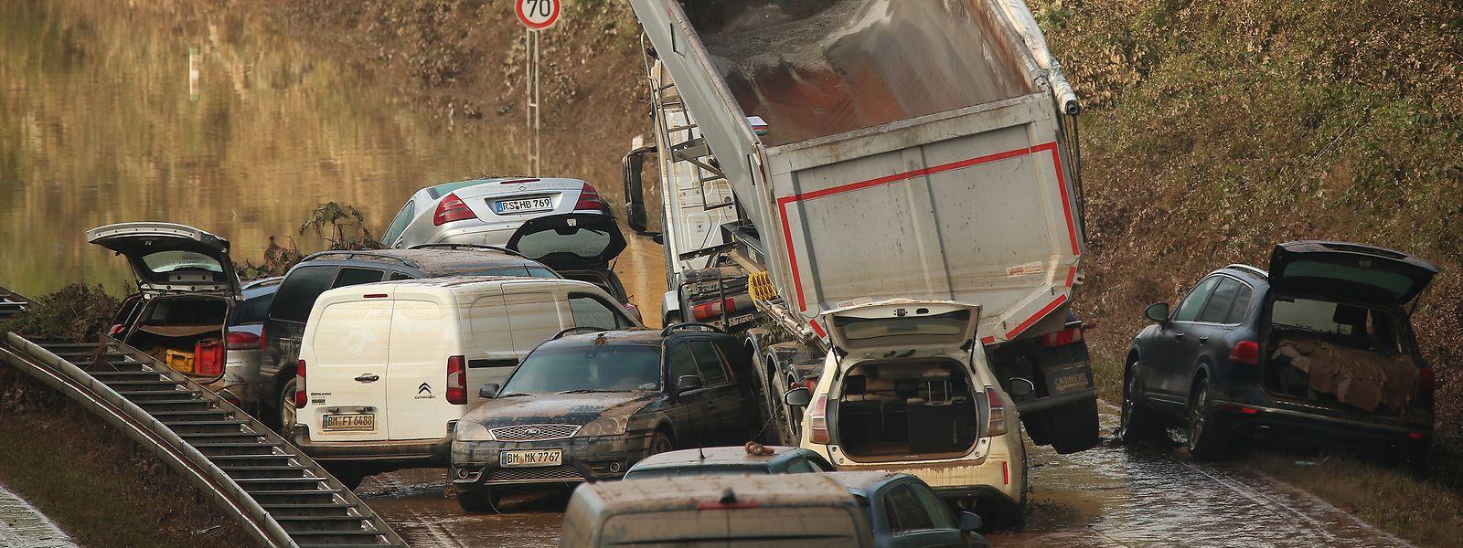 Auf der B265 bei Erftstadt Liblar stehen Autowracks, die vor einigen Tagen noch unter Wasser standen.