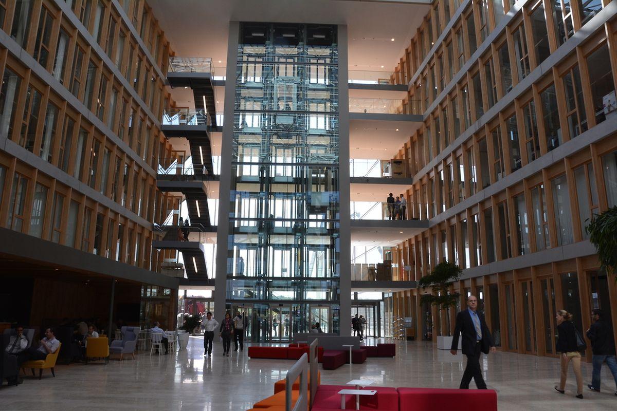 Le bâtiment de 5 étages fait la part belle aux espaces ouverts et lieux de meetings informels.