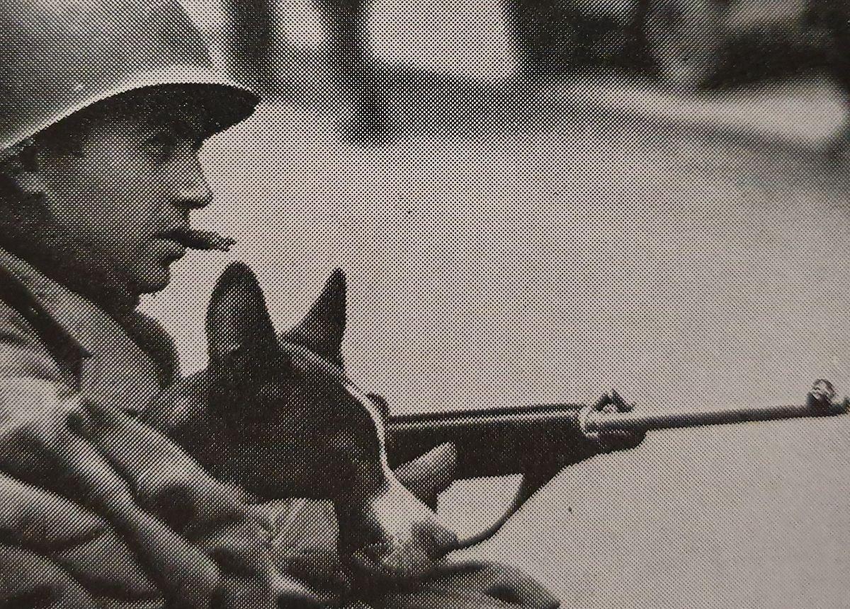 O soldado José Medeiros, da 5 Divisão de Infantaria, num posto de guarda em Clervaux com o seu cão Little Joey, que o acompanhou toda a guerra.