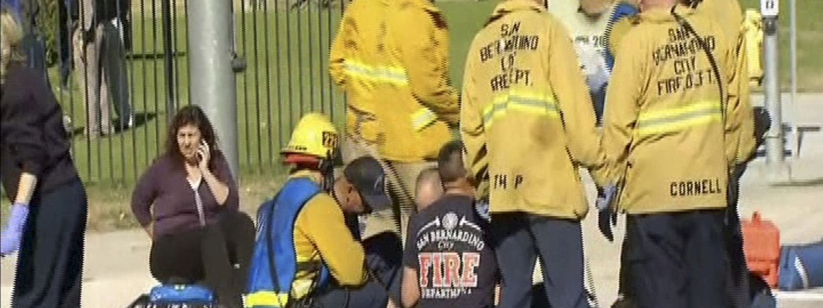 Schockierte Rettungsteams versuchen, Verwundeten zu helfen.