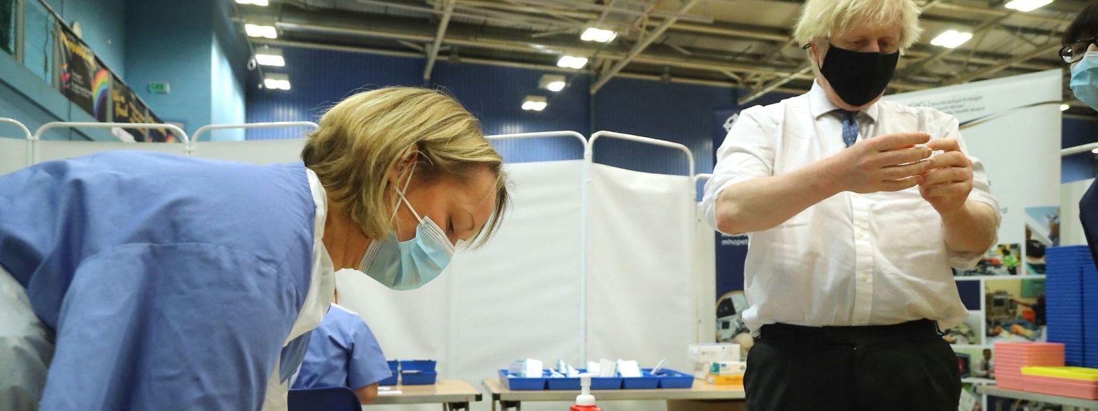 Ces derniers jours, le Premier ministre a multiplié les sorties pour se montrer aux côtés des équipes chargées de la vaccination.
