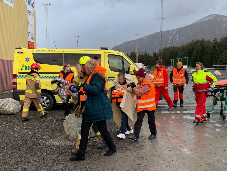 Passagiere des Kreuzfahrtschiffes Viking Sky werden in eine Notunterkunft gebracht, nachdem sie mit einem Hubschrauber vomSchiff geholt wurden. Die VikingSky driftet nach einem Maschinenschaden in Richtung Land und hatte ein Notsignal ausgesendet.