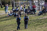 Police officers patrol a park in Berlin on April 10, 2020, to enforce social distancing measures. - Local authorities have increased police presence in the capital during the Easter weekend. (Photo by John MACDOUGALL / AFP)