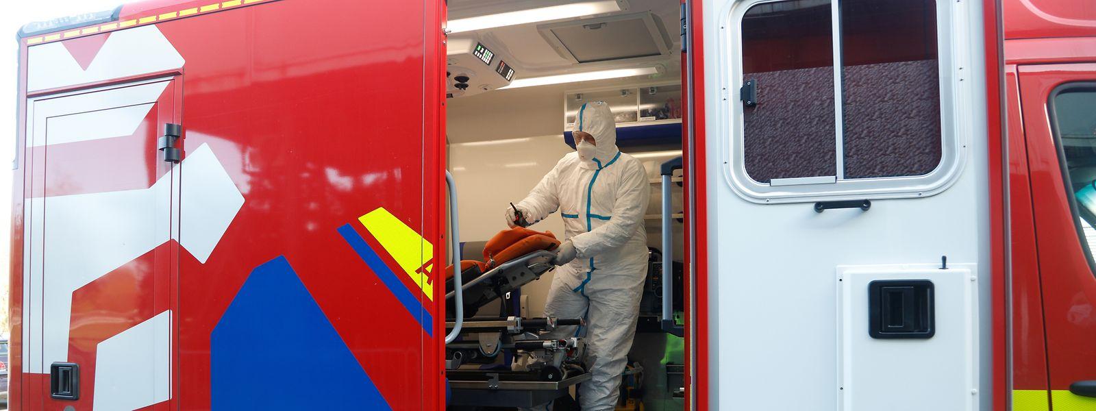 Die Rettungskräfte, die mit Covid-19-Patienten in Kontakt kommen, müssen eine volle Schutzausrüstung tragen.