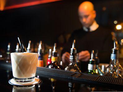 Heiße Milch gibt es nur im Schlafanzug auf dem Sofa? Von wegen: In der Vesper Bar mischt Roy Könnecke Milch-Cocktails mit Bourbon.