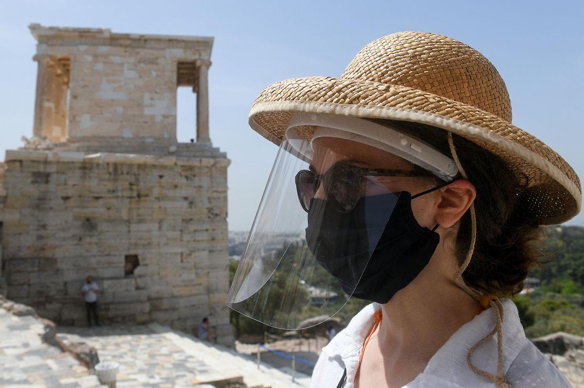 Bereit für Besucher: eine Mitarbeiterin der Athener Akropolis mit Mund- und Gesichtsschutz.