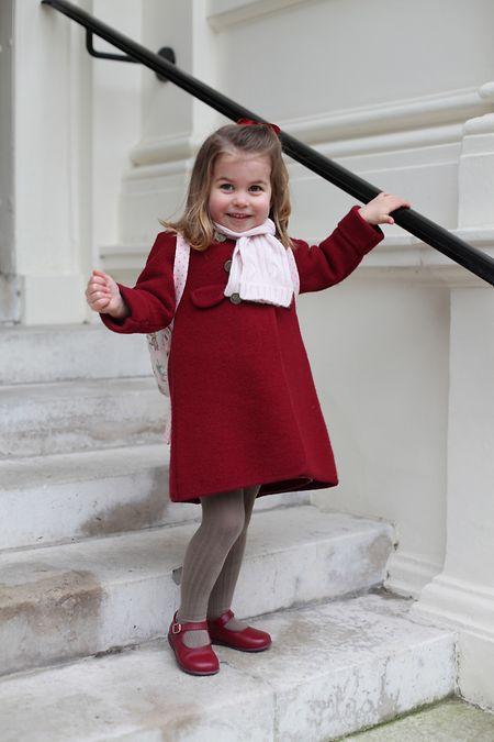 Dass Mama Kate fotografiert, sorgt bei Charlotte für ein fröhliches Lachen.