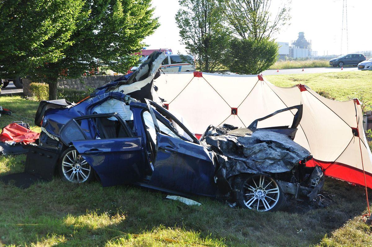 Der Wagen hatte nach dem Unfall Feuer gefangen.