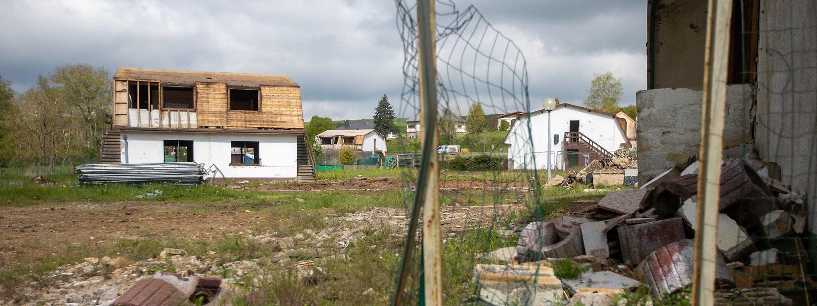 Arbeiter treiben den Rückbau der letzten verbliebenen Häuser voran. Die aufwendige Asbestsanierung ist abgeschlossen.