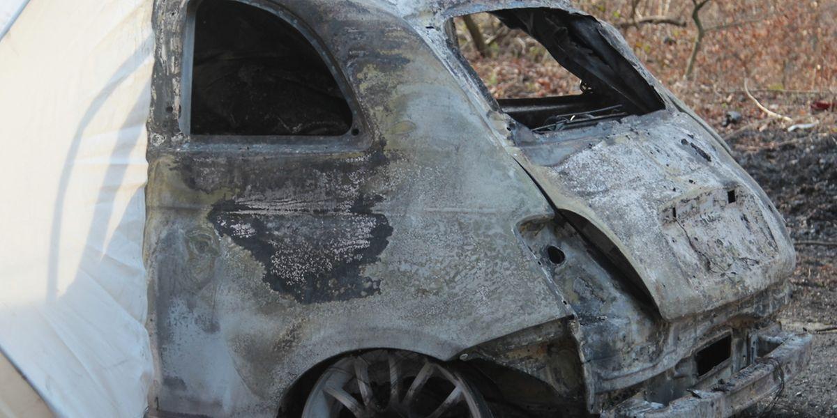 Das Unfallfahrzeug war gleich nach dem Aufprall in Flammen aufgegangen.