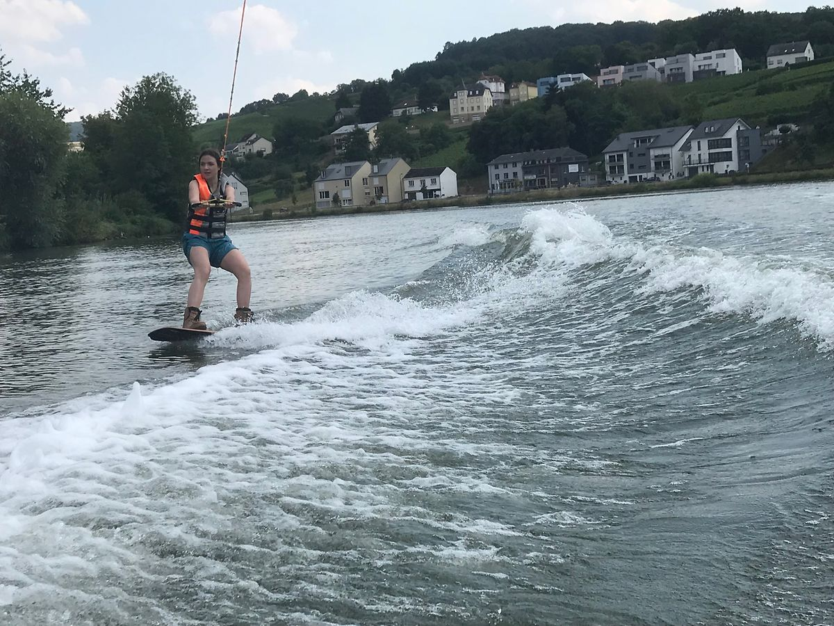 Noémie surfant sur la Moselle en wakeboard.