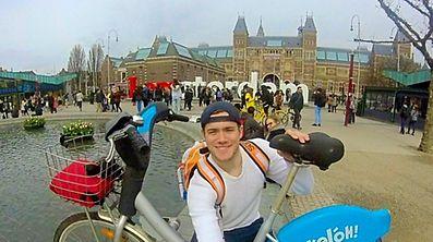 Sébastien Cayotte à Amsterdam en avril avec son Vél'Oh.