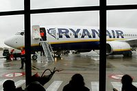 FILE PHOTO: Travellers wait in front of a passenger jet belonging to Irish discount airline Ryanair at Charleroi airport in southern Belgium, February 2, 2004.  REUTERS/Yves Herman/File Photo         GLOBAL BUSINESS WEEK AHEAD      SEARCH GLOBAL BUSINESS 24 JUL FOR ALL IMAGES