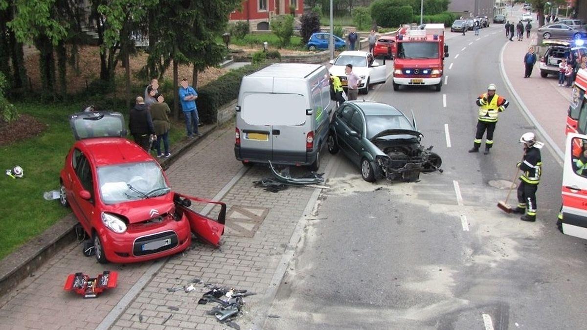 Die beiden Fahrzeuge sind frontal zusammengestoßen.