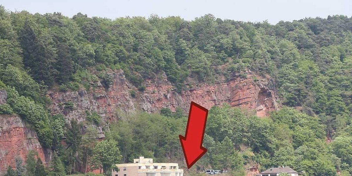 Von diesen Felsen stürzte Tanja Gräff am frühen Morgen des 7. Juni 2007 auf das mit dem Pfeil markierte Plateau.