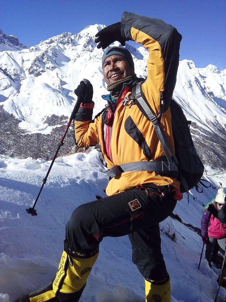 Khim Lal Gautam schaut während der Mission zur Messung der Höhe des Mount Everest zu.