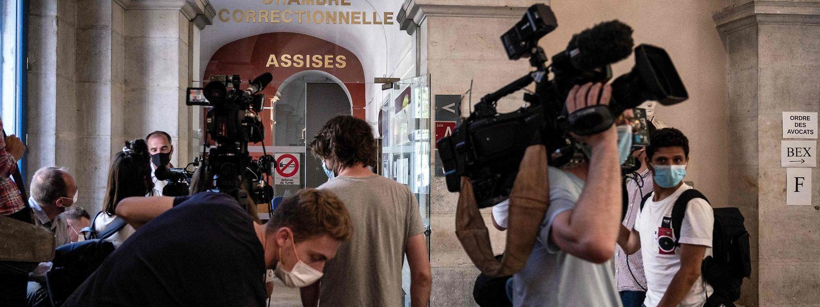 Vor dem Gerichtssaal in Valence warten Journalisten auf das Ende des Prozesses gegen den 28-Jährigen, der Präsident Macron geohrfeigt hat.