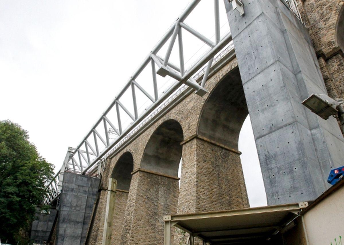 Die Betonpfeiler werden später verkleidet, so dass das Viadukt aussieht wie aus einem Guss.