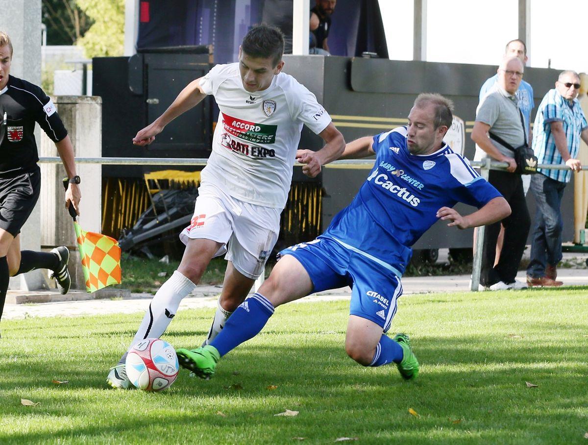 Kenen Handzic (Titus Pétange) tente de déborder Jo Hennetier (RFCUL). Le promu a longtemps tenu le bon bout mais Jahier a sauvé un point pour le club de la capitale.