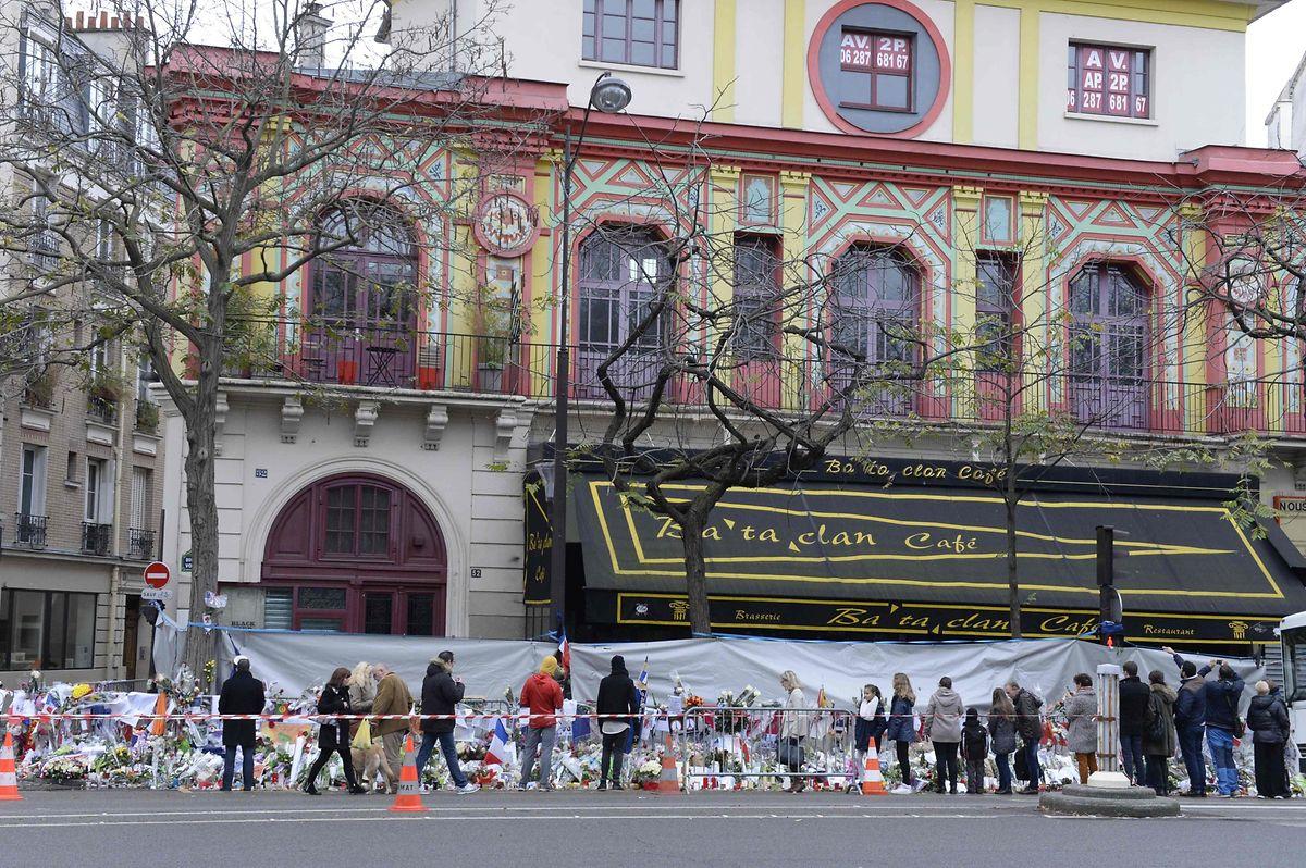 La salle de spectacle du Bataclan avait tenu lieu de mémorial au lendemain des attentats. Elle a depuis retrouvé sa fonction initiale.