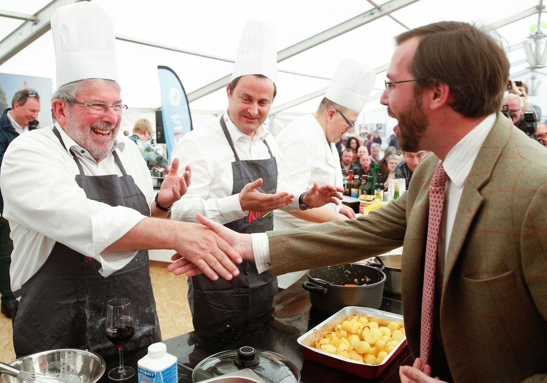 Chamberpresident Mars di Bartolomeo (lenks) und Premierminister Xavier Bettel (Mitte) führten am Wochenende ihre Kochkünste vor.