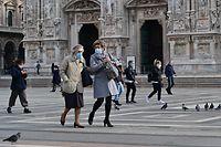 Maskierte Mailänder auf der Piazza del Duomo.