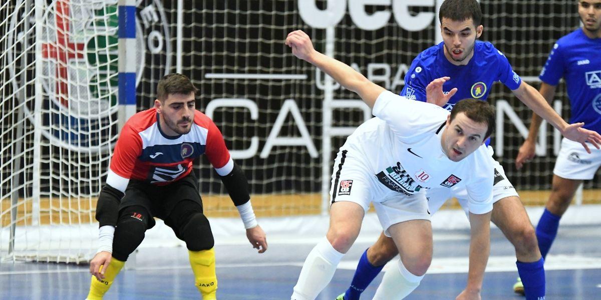 Le gardien Tiago Fernandes et Youssef El Majdoub, en bleu (AS Sparta Dudelange) tentent de repousser Ernad Masic (FCD03).