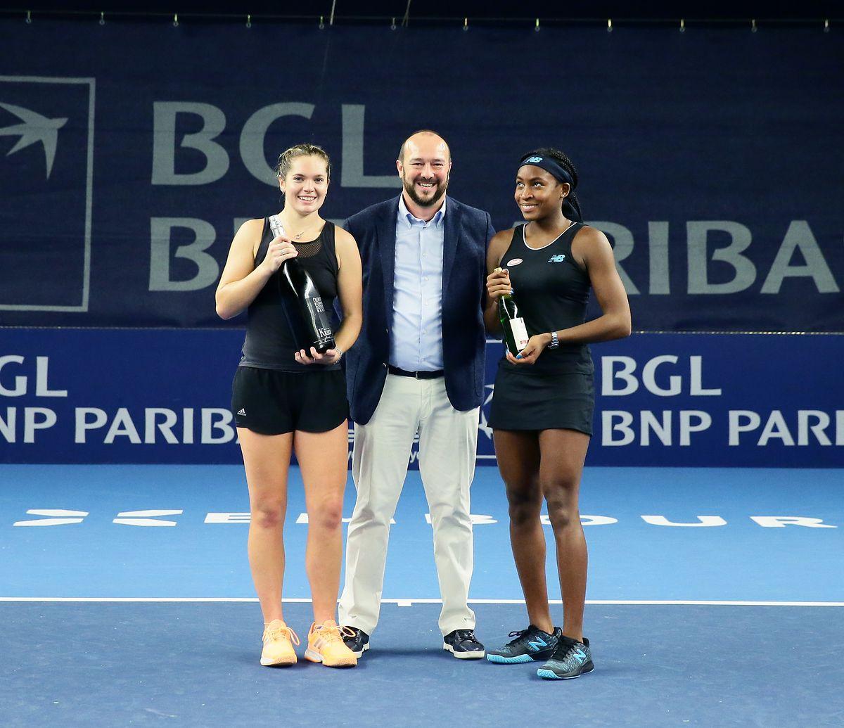 Cori Gauff (r.) und Catherine McNally (l.), hier mit Sponsor Marc Krier, gewinnen in Kockelscheuer ihren zweiten Doppeltitel.