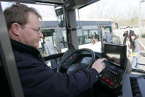 Le chauffeur de bus dispose d'un bouton d'alerte en cas d'urgence. A l'instant où il appuie dessus, l'agent du poste de commande du Service AVL, entend tout ce qui se passe dans le bus.