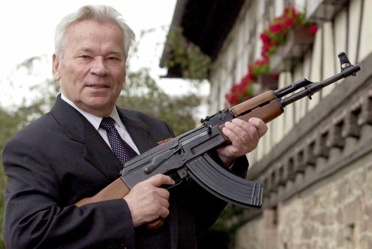 Michail T. Kalaschnikow, Waffen-Konstrukteur, steht mit einem Kalaschnikow-Sturmgewehr in der Hand vor dem Suhler Waffenmuseum.