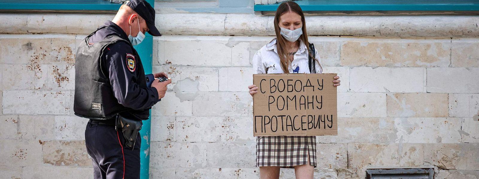 """Mit einem Schild """"Freiheit für Roman Protassewitsch"""" demonstriert eine Frau vor der belarussischen Botschaft in Moskau."""