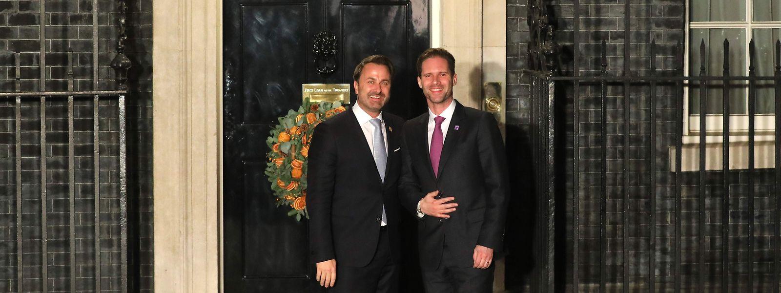 Le Premier ministre luxembourgeois Xavier Bettel (à g.) et son époux Gauthier Destenay à leur arrivée au 10, Downing street à Londres, en marge du sommet de l'OTAN