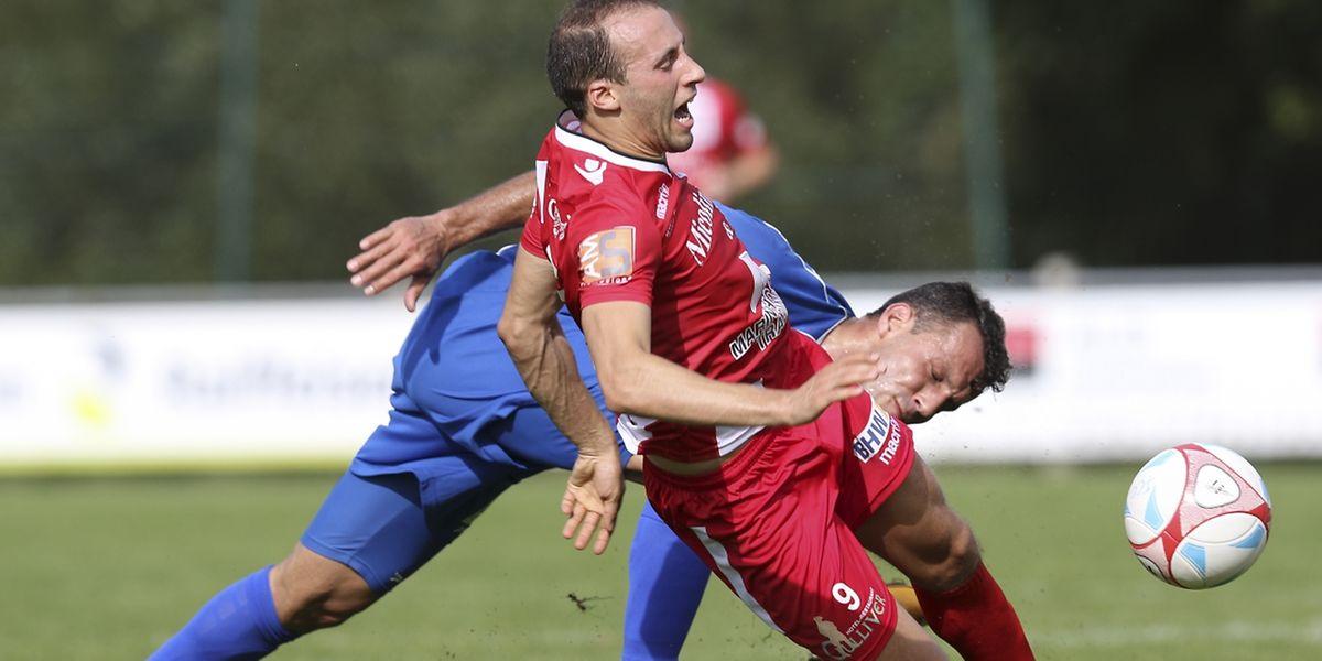 Rodrigo Ribeiro (Canach) n'épargne pas Omar Er Rafik (FC Differdange). Trop rugueux les joueurs de la Jeunesse?