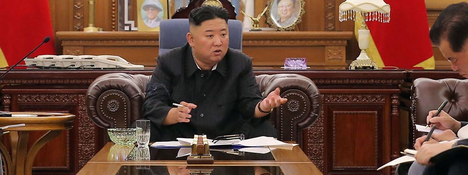 Kim Jong Un im Juni 2021: Er wirkt schlanker, raucht aber noch.