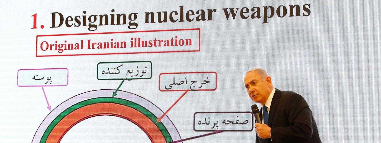 """Netanjahu berichtete, nach der Unterzeichnung des Atomabkommens 2015 habe der Iran seine Bemühungen verstärkt, seine geheimem Nuklearakten zu verstecken. 2017 seien diese Akten an einen geheimen Ort in Teheran verlegt worden. """"Vor einigen Wochen hat Israel in einem großartigen Geheimdiensterfolg eine halbe Tonne der Dokumente in diesen Tresoren sichergestellt"""", sagte Netanjahu. Es handele sich um 55 000 Seiten sowie weitere 55 000 Dokumente auf 183 Daten-CDs, darauf unter anderem Videos, Präsentationen und Baupläne."""