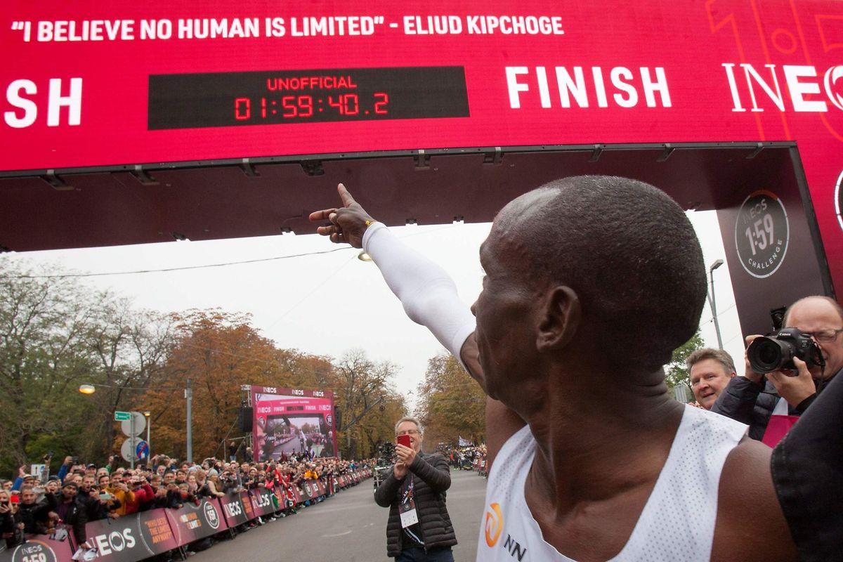 O atleta quando cruzou a meta e olho para o seu novo recorde.