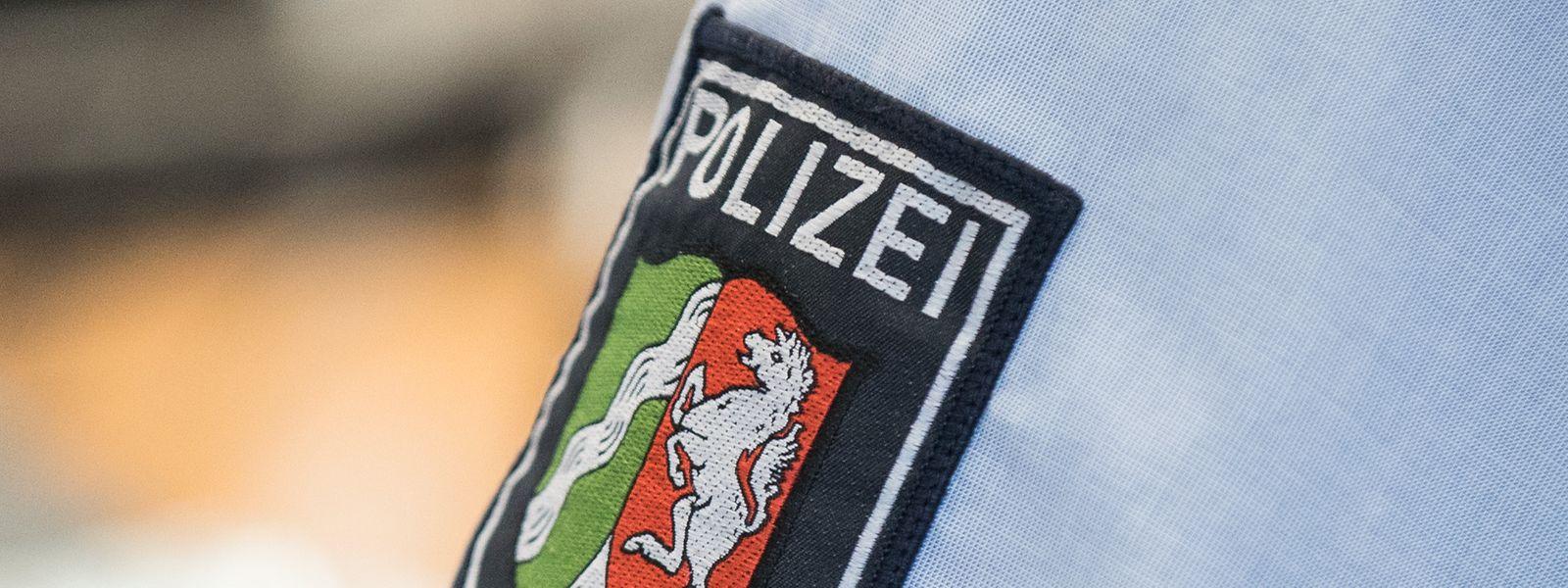 Ein Abzeichen der nordrhein-westfälischen Polizei, fotografiert auf einem Hemd in der Landesleitstelle der Polizei.