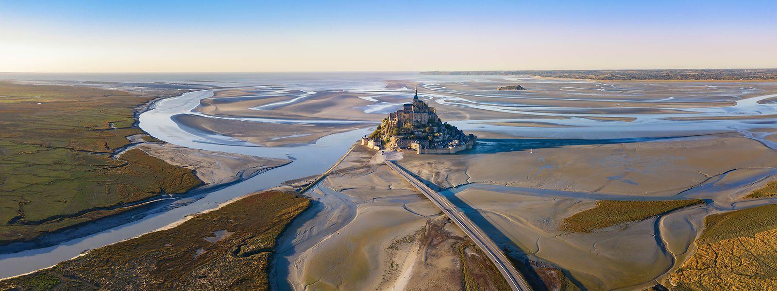 Der Mont Saint-Michel, das Wahrzeichen der Normandie, drohte zu versanden. Nach einer Sanierung wird er nun wieder komplett vom Wasser umspült.