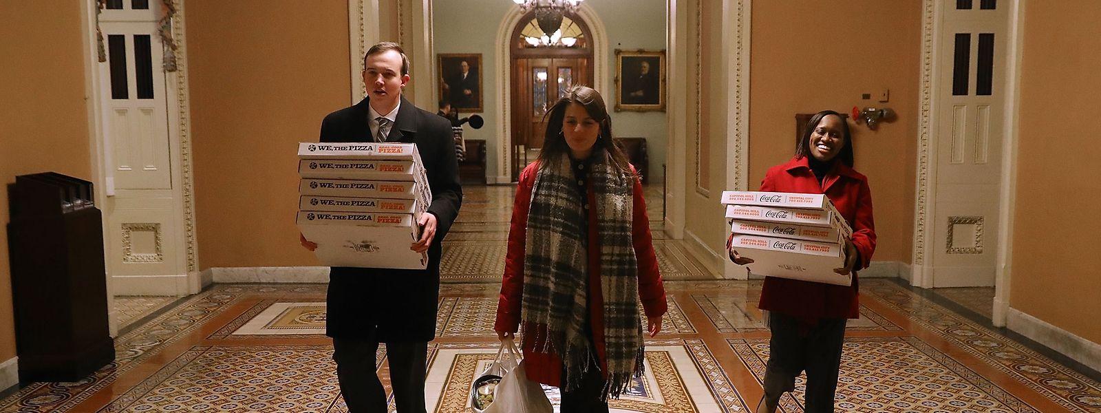 Lange Nacht voraus: die Büros der republikanischen Senatoren Rand Paul und Mitch McConnell erhalten eine Pizzalieferung, um für die späte Abstimmung bei Kräften zu bleiben.