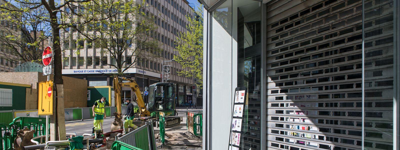 Bon point : le chantier du tram a redémarré au plus vite et aux points stratégiques pour moins gêner les boutiques à l'heure de la réouverture.
